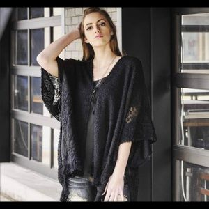 🦋Black lace-trimmed poncho/sweater🦋